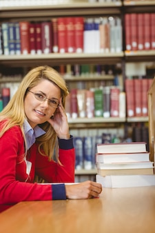 Sorridente studente maturo studiando alla scrivania