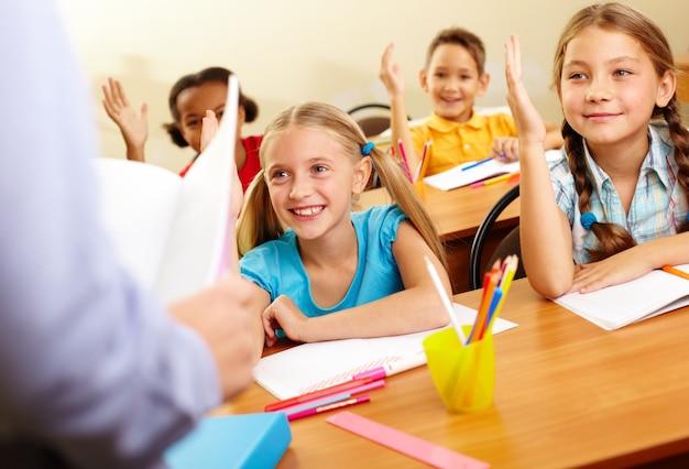 Sorridente studenti prestando attenzione in classe