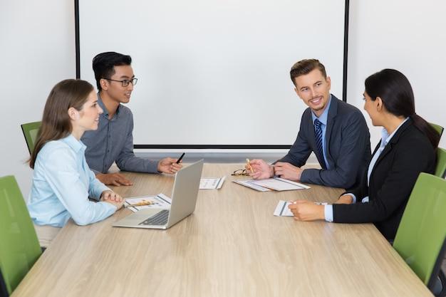 Sorridente uomini d'affari alla riunione nella sala del consiglio