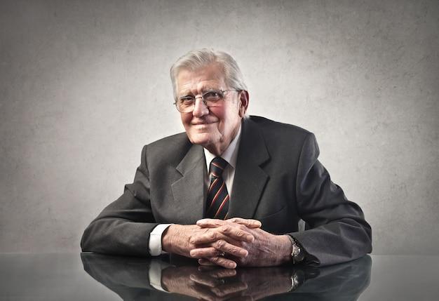 Sorridente uomo d'affari senior