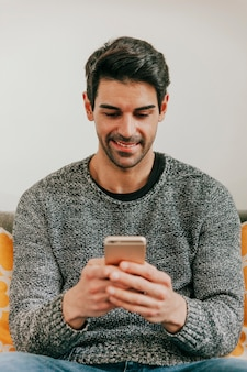 Sorridente uomo navigando smartphone