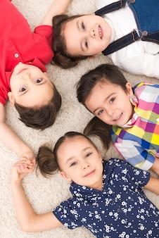 Sorridenti bambini sdraiati