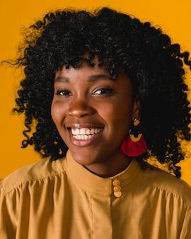 Sorridere a trentadue denti della giovane donna afroamericana