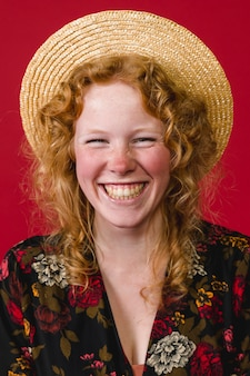 Sorridere a trentadue denti della giovane donna della testarossa felice