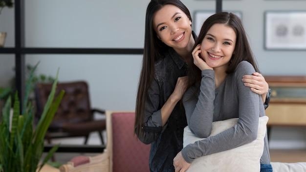 Sorridere adorabile delle giovani donne di vista frontale