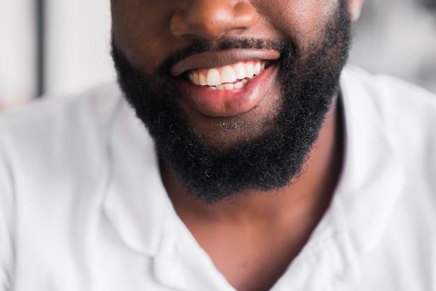 Sorridere barbuto dell'uomo del primo piano