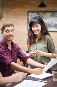 Sorridere business team lavorare in cafe