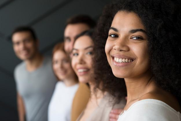 Sorridere dei giovani del primo piano