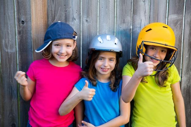 Sorridere del ritratto delle ragazze del bambino di sport della sorella e degli amici felice