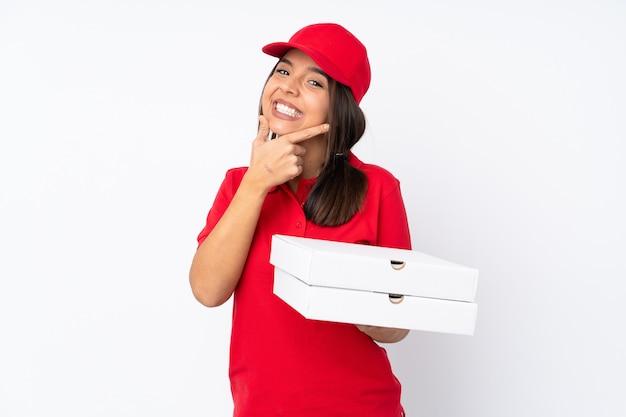 Sorridere della donna di consegna della giovane pizza