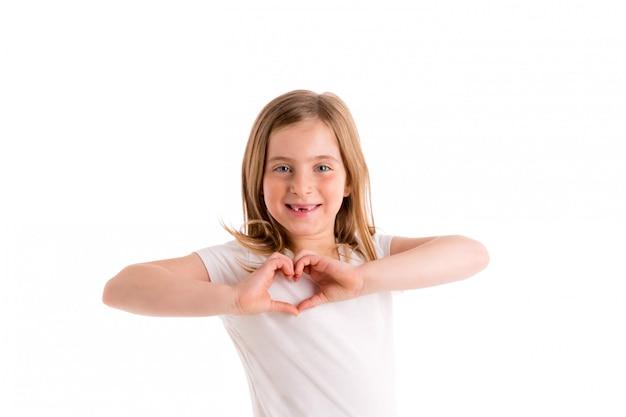 Sorridere indentato biondo delle dita di forma del focolare della ragazza del bambino
