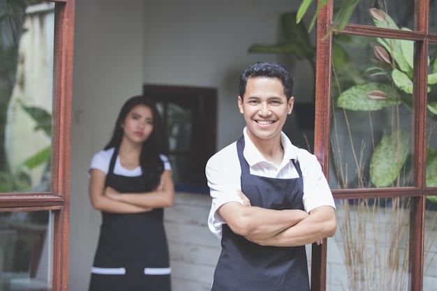 Sorridere maschio del lavoratore del caffè