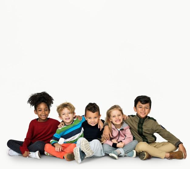 Sorridere ritroso dei bambini piccoli insieme