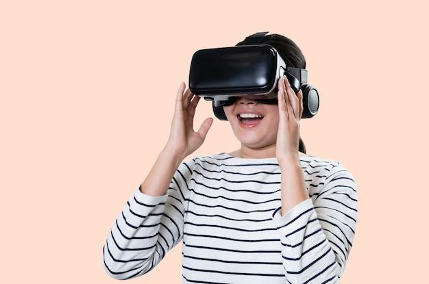 Sorridi godendo felice donna che ottiene esperienza utilizzando occhiali per cuffie vr realtà virtuale.