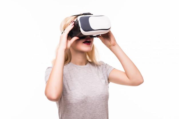 Sorridi la donna felice che ottiene esperienza usando gli occhiali vr-headset