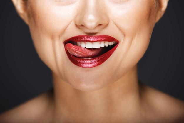 Sorriso allegro con la lingua che lecca le labbra