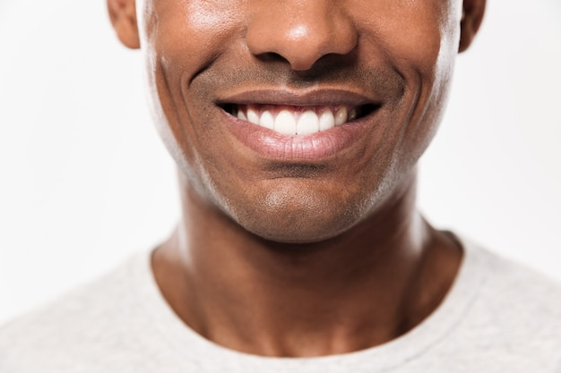 Sorriso del primo piano di un giovane uomo africano allegro
