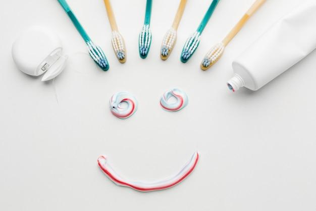 Sorriso di dentifricio in posa piatta