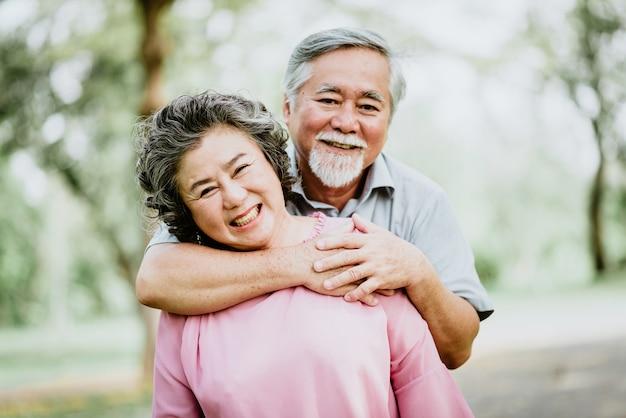 Sorriso felice coppia senior asiatiche godendo il tempo di qualità al parco