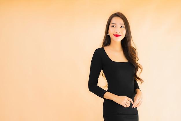 Sorriso felice della bella giovane donna asiatica del ritratto nell'azione