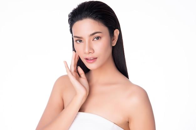 Sorriso morbido commovente della guancia della bella giovane donna asiatica con pelle pulita e fresca felicità e allegro, isolato su bianco, bellezza e cosmetici