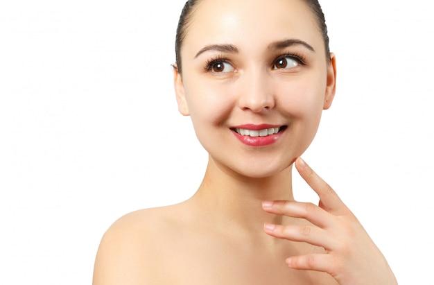 Sorriso sano. sbiancamento dei denti. bello ritratto sorridente della giovane donna.