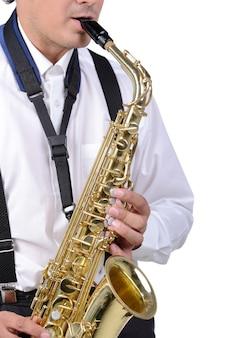 Sorriso sassofono e giocatore in camicia bianca.