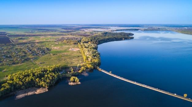 Sorvolando la diga del fiume. ripresa aerea della fotocamera. ucraina.