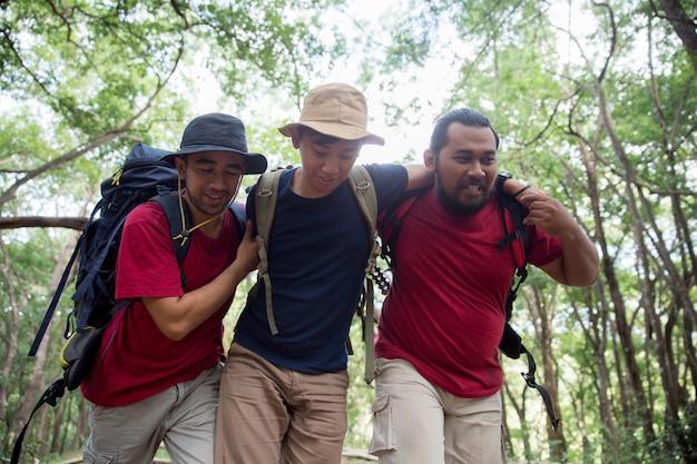 Sostieni l'amico a camminare durante le escursioni