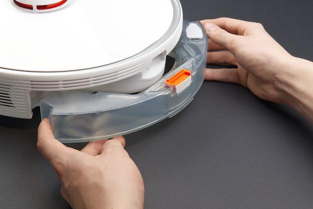 Sostituzione di un contenitore con acqua sul robot aspirapolvere