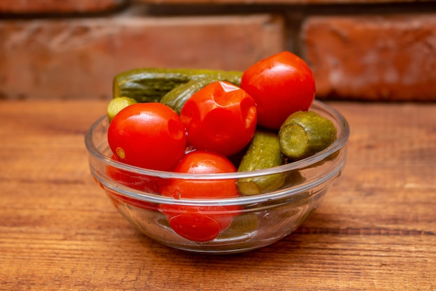 Sottaceti marinati cetrioli salati in un barattolo di vetro