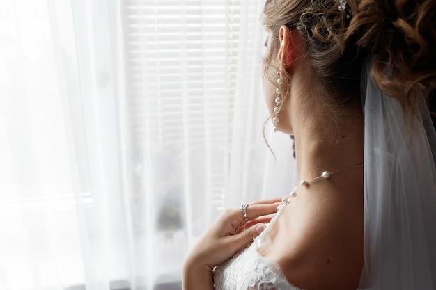 Sottile bel collo della sposa, abbigliamento da sposa, famiglia