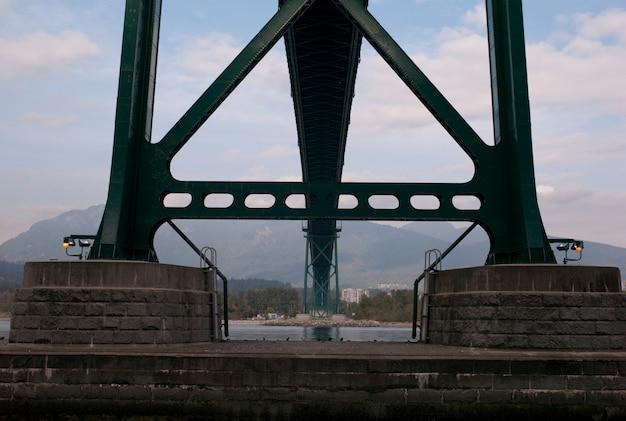 Sotto la vista del ponticello del cancello di leoni dentro nella columbia britannica di vancouver, il canada