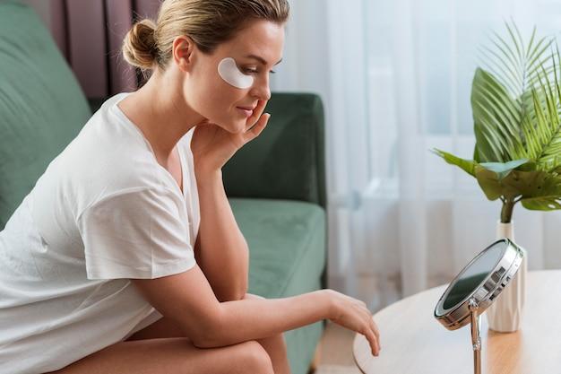 Sotto le borse per gli occhi self care at home concept