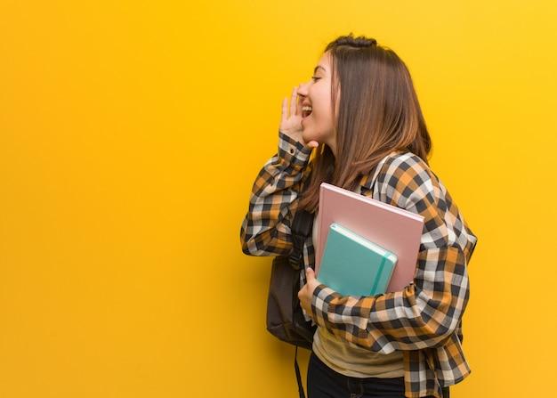Sottotono di gossip di sussurro della giovane donna dello studente
