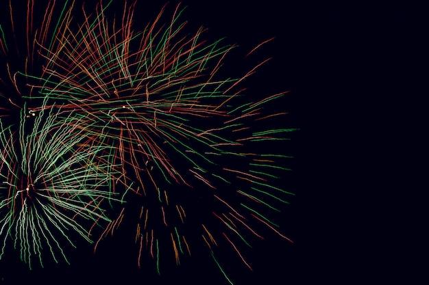 Sottragga la priorità bassa colorata del fuoco d'artificio con spazio libero per testo
