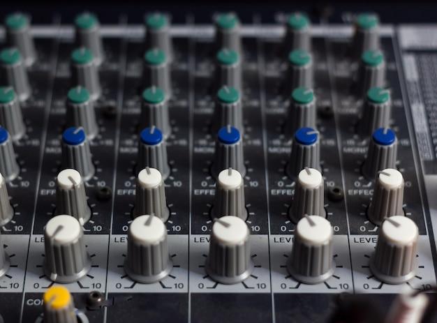 Sound mixer in studio di registrazione