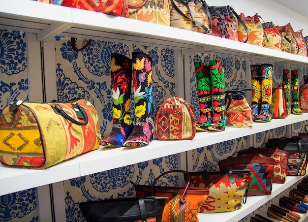 Souvenir fatti a mano con tessuti turchi. borse e stivali da donna