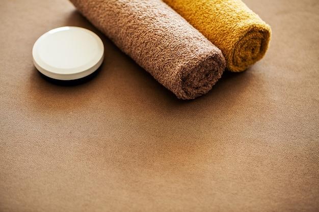 Spa al cioccolato. asciugamano marrone della composizione nella camera di albergo del trattamento della stazione termale