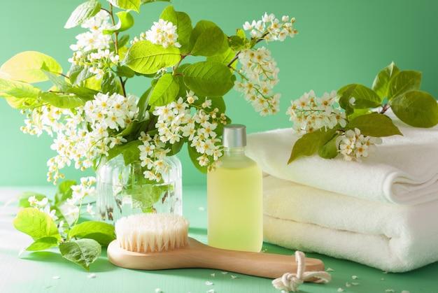 Spa aromaterapia con asciugamano pennello olio essenziale di fiori di ciliegio uccello