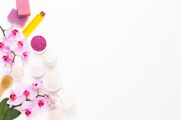 Spa aromaterapia prodotti cosmetici concetto, orchidea, sfondo spa con uno spazio per un testo, piatto laico, vista dall'alto.