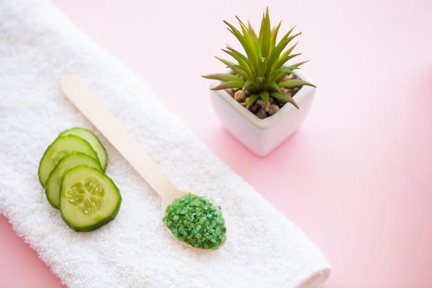 Spa. asciugamani di cotone bianco utilizzare nel bagno spa su rosa