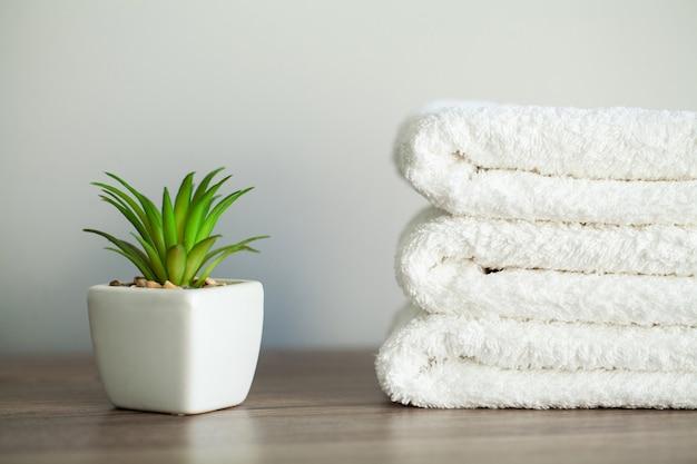 Spa, asciugamani in cotone bianco uso nel bagno termale.