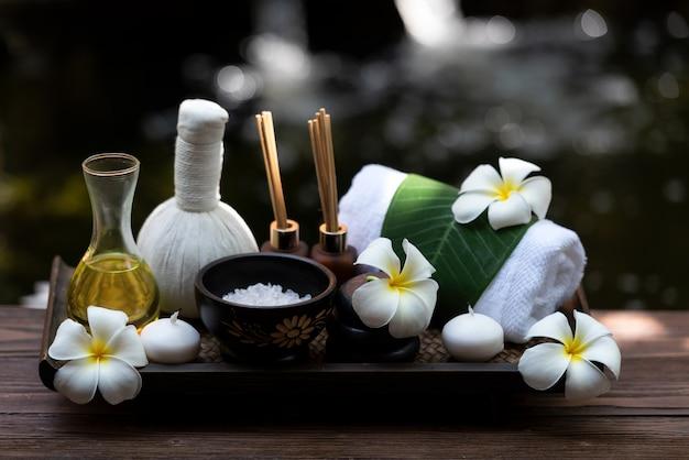 Spa benessere massaggio salute benessere sfondo. aromaterapia di trattamento di terapia tailandese della stazione termale per la donna del corpo con la candela della natura del fiore per relax e ora legale,