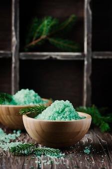 Spa con rami di sale e pino