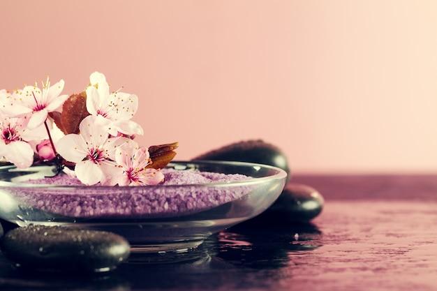 Spa concept. closeup di bellissimi prodotti spa - sale e fiori spa. orizzontale.