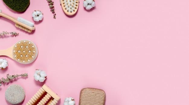 Spa e bagno impostato su sfondo rosa astratto. concetto di cura della pelle e del corpo. copyspace vista orizzontale superiore