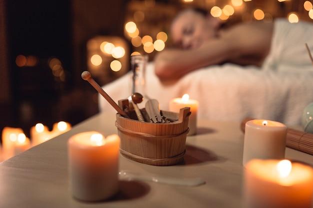 Spa e massaggio concetto con donna