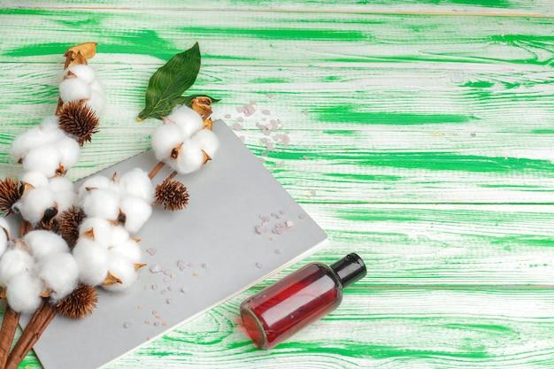 Spa. lay piatto con ramo di cotone, dischetti di cotone. trucco cosmetico in cotone