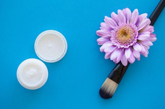 Spa. macinazione del sale marino sul cucchiaio di legno della tabella misera blu-chiaro di legno. cucina e uso sano cosmetico